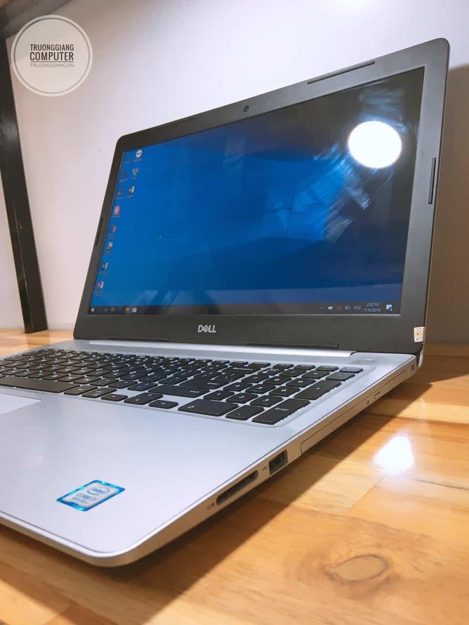 Các cổng kết nối cạnh phải laptop Dell Inspiron 5570 i7